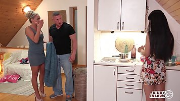 Темные волосатая детка получает выебанная в спальне в то время как ее подруга на кухне